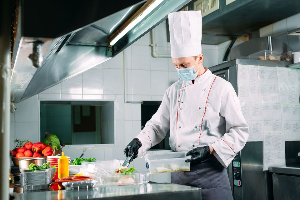 Chef prepares a salad wearing personal protective equipment   Featured image for HLTSS ICFH66 FOR FOOD HANDLING.
