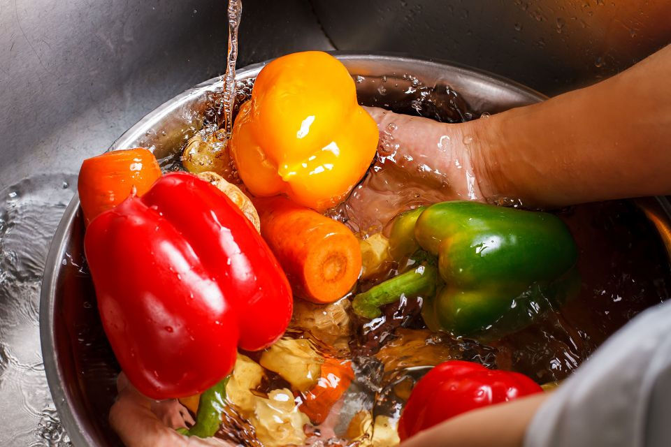 Chef washing fresh vegetables | Featured image for HLTSS ICFH66 FOR FOOD HANDLING.