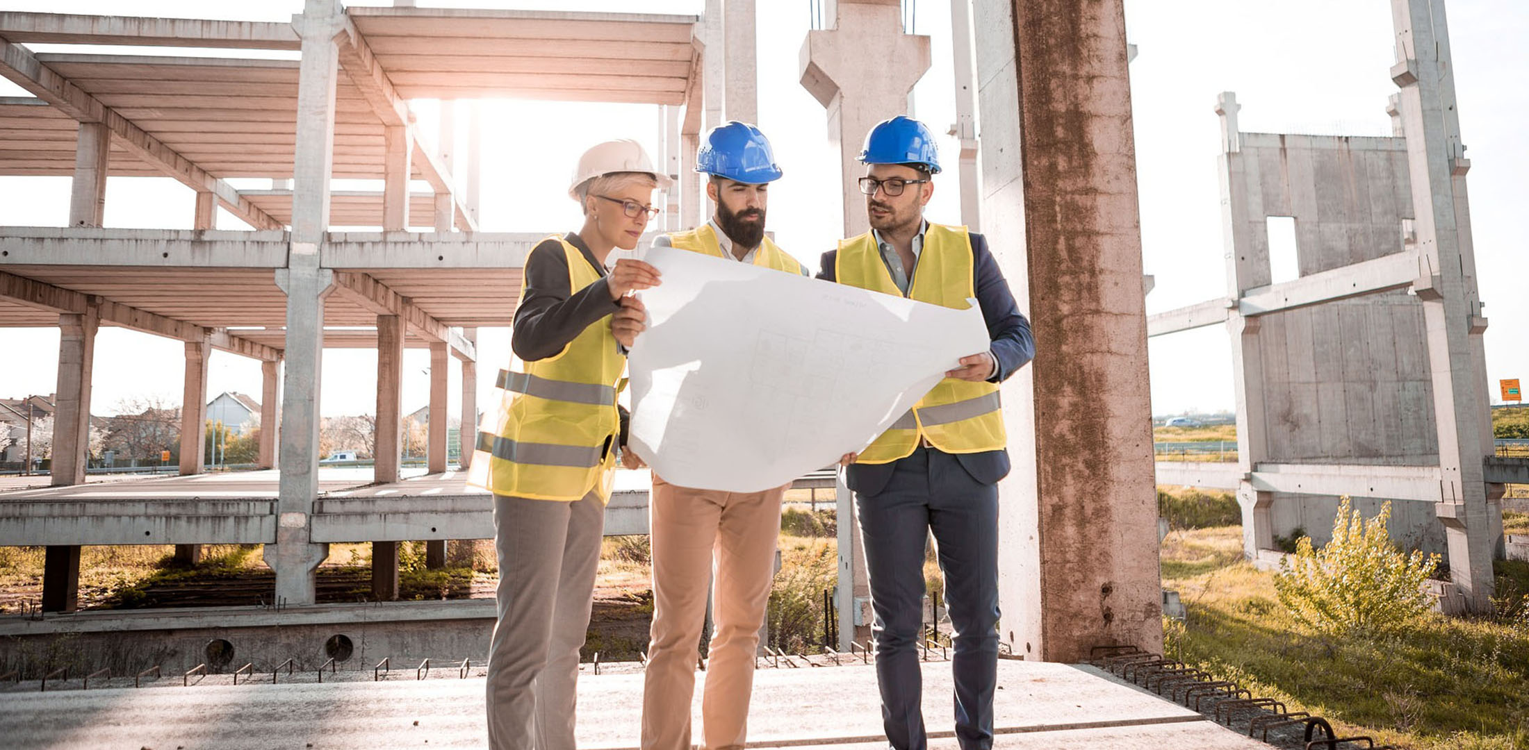 Builders reviewing plans | Featured image for CPC40110 Certificate IV in Building and Construction.